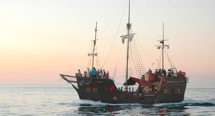 8 Amazing Ideas for Year End Functions Cape Town - Jolly Roger Pirate Boat